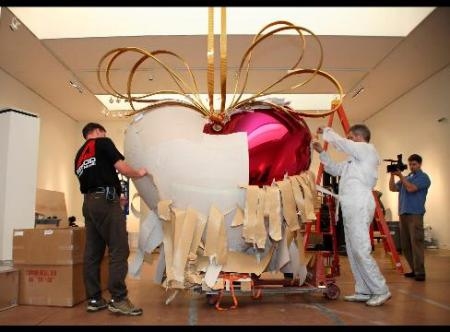 Koons's 9-Foot Heart Beats at Sotheby's for $20 mn
