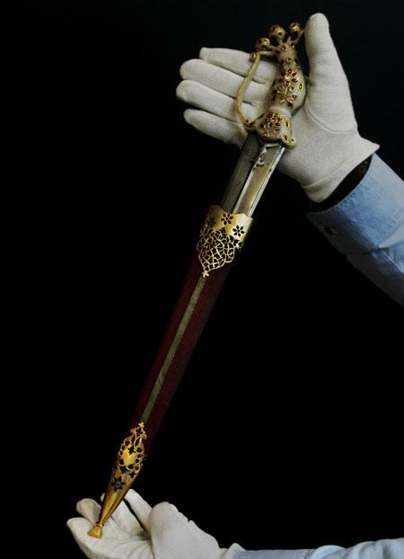 Mughal gem-set jade hilted dagger