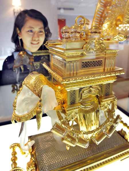 Elite Find  of the Day: Bejeweled Elephant Shaped Liqueur Tantalus Demands $612,000 Liqueur Tantalus, Sale, Baccarat exhibition, Mitsukoshi department store, Tokyo, Exhibitions, Gold, Crystals, Designer, Luxury
