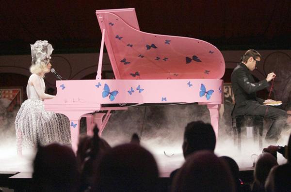 moca-damien-hirst-piano