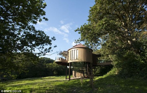 Treehouse built on Stilts1 Tree House Suites at Chewton Glen Hotel